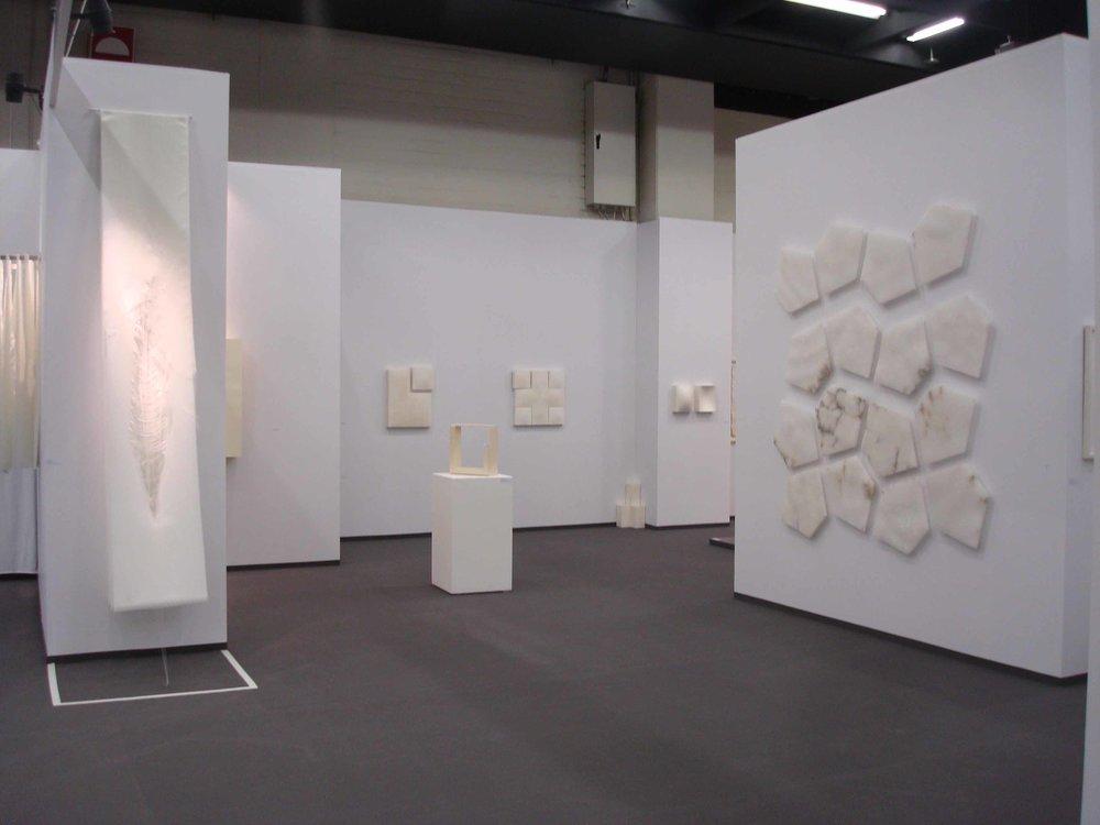 Stand Whitemeditation room di Galleria GrossettiCologne 2011_a sx Angela Glajcar parete centro Mats a dx Castagno.jpg