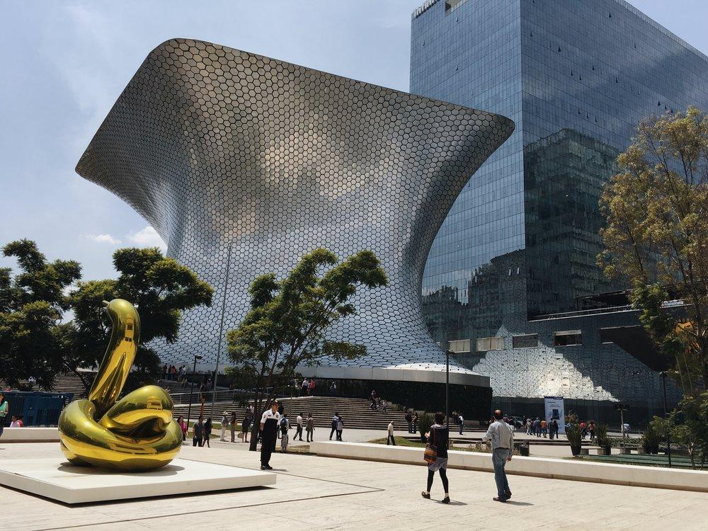 Museo Soumaya and Jeff Koons sculpture belonging to Museo Jumex