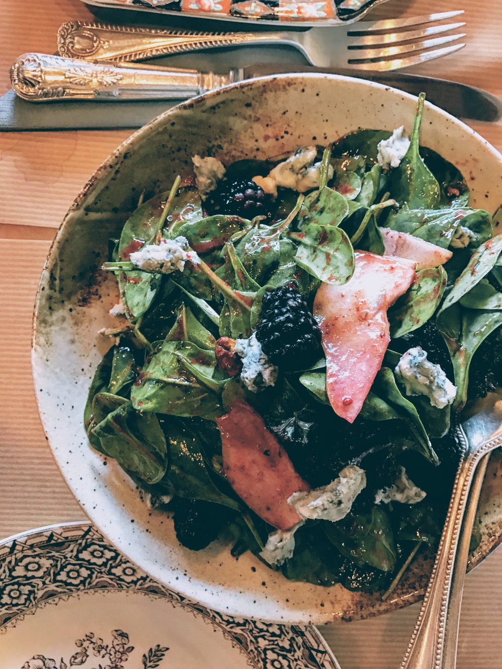 Spinach salad with blackberries, pear and gorgonzola