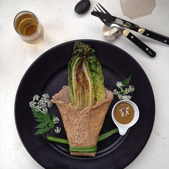 #vegan buckwheat wrap, baked romanesco, #cowparsley & peanut sauce, cold Infusion of #cleavers - and then back to work 🌱👷🏻‍♀️🌱