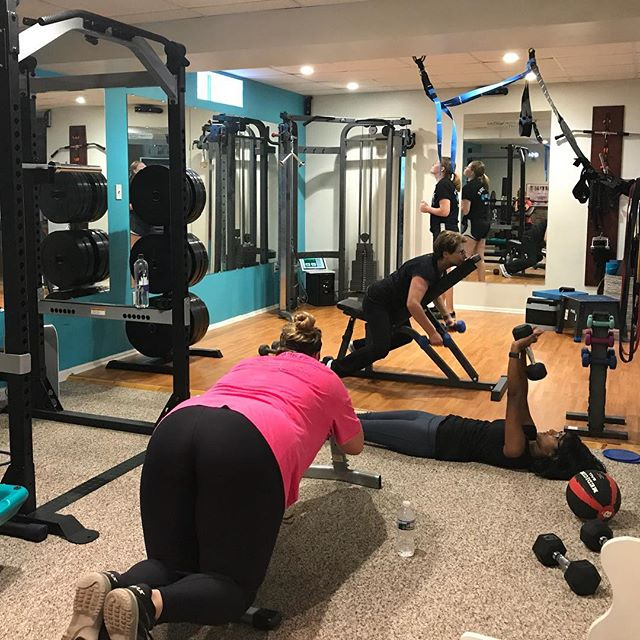 Perfect example of everyone doing a different muscle group today. Glutes, chest, tris, back, and next to me, biceps❤️ Everyone deserves customization.
