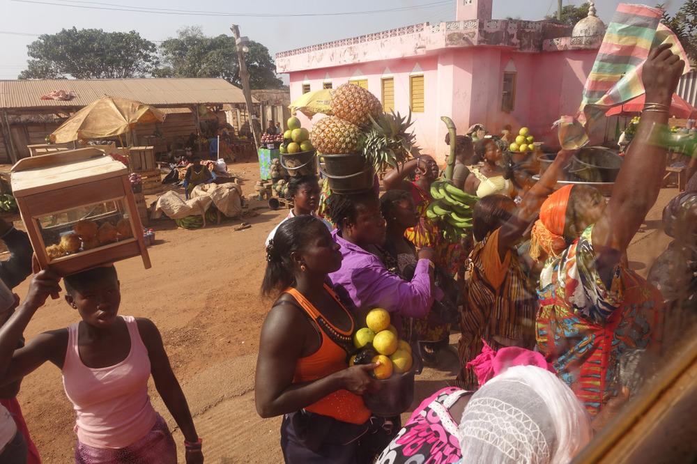 veghana :     Hawkers   Metro Mass Transit Kumasi - Tamale