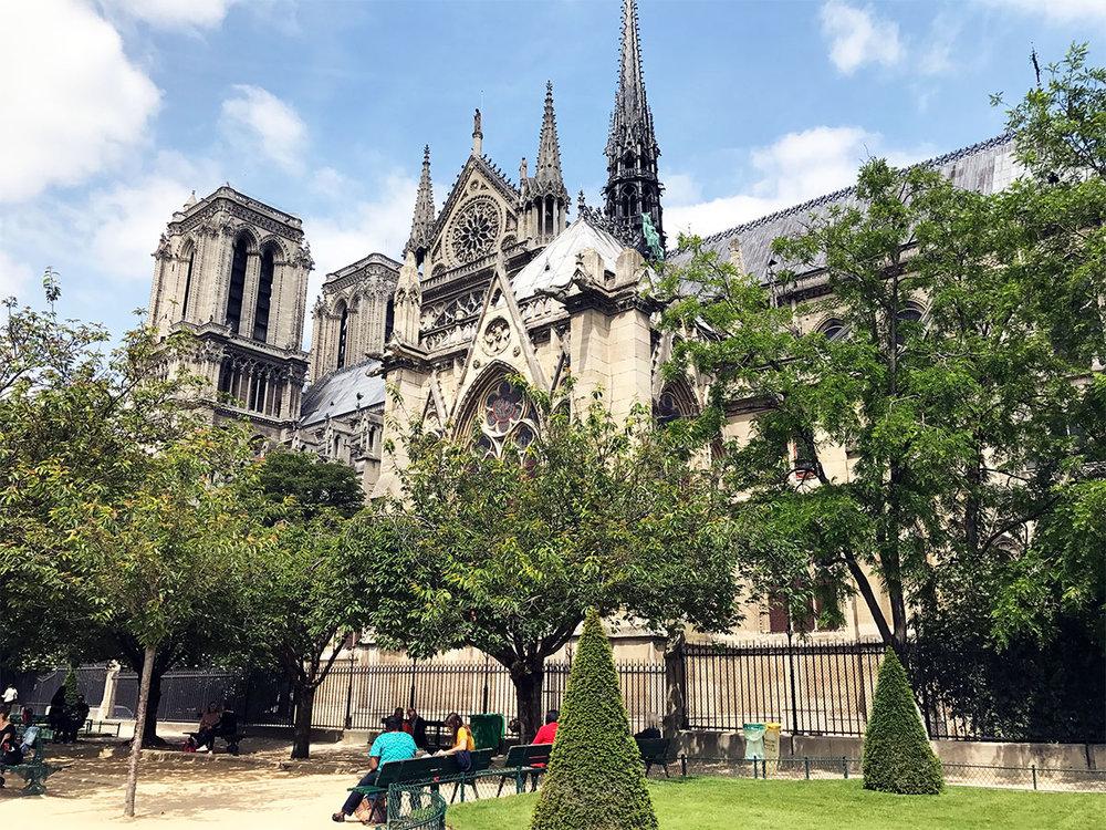Paris-transportation-notre-dam-park.jpg