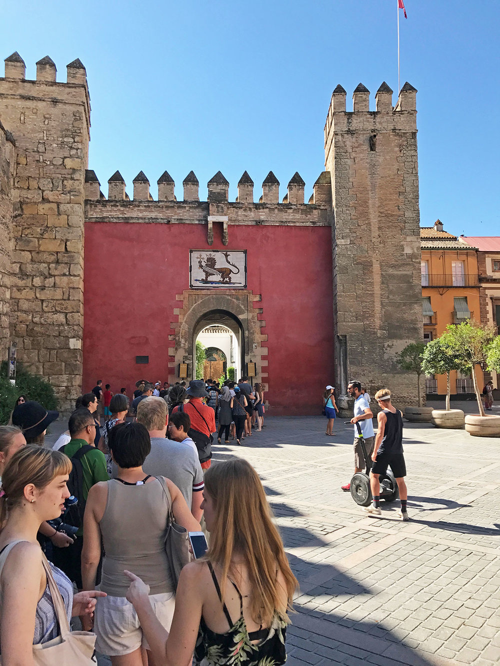 The entrance to the Alcázar, and the long line of summer visitors