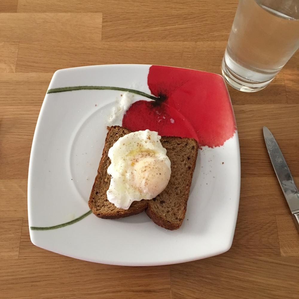 Αυγό ποσέ πάνω σε πολύσπορο ψωμί τόστ