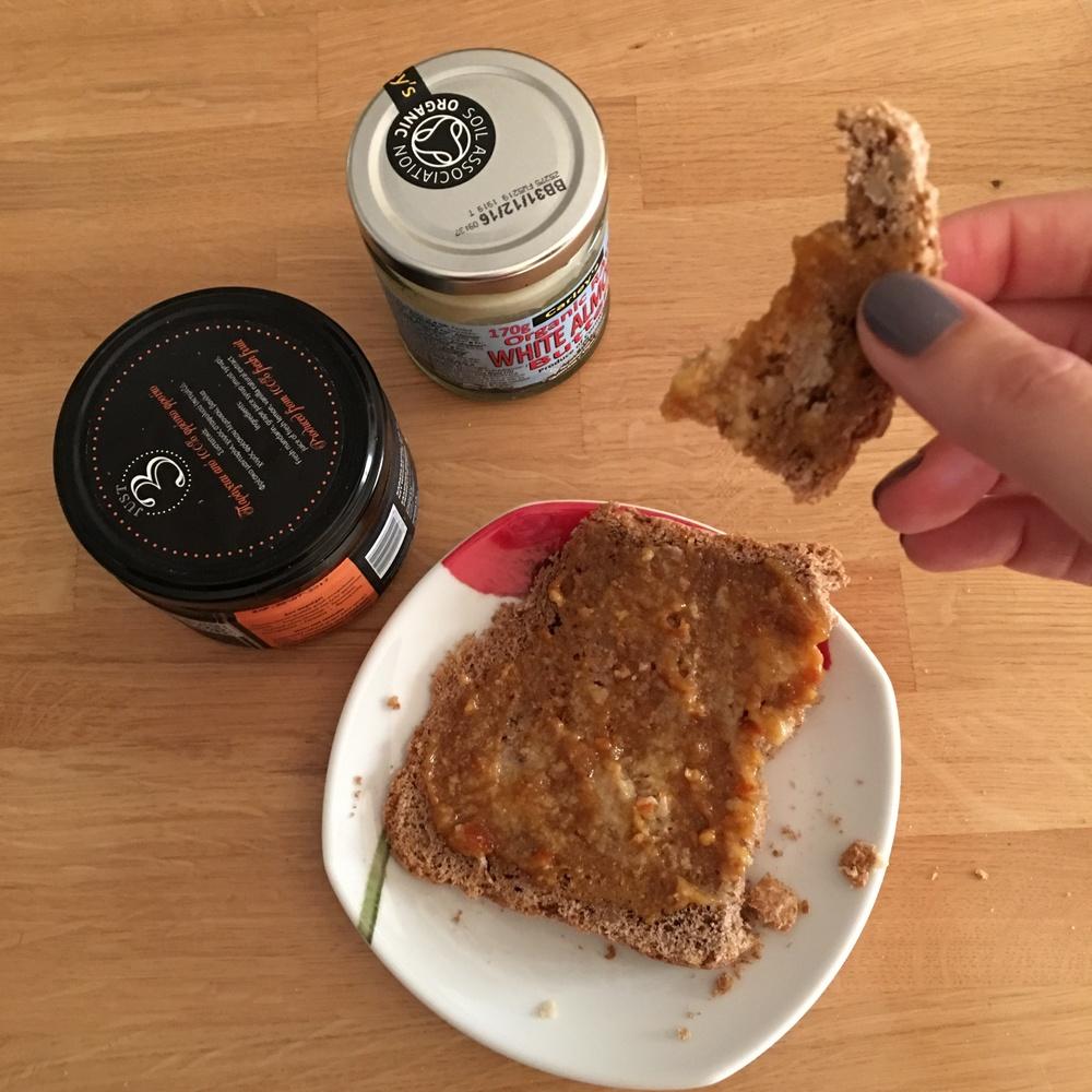Πολύσπορο ψωμί με λίγο αμυγδαλοβούτηρο και μαρμελάδα μανταρίνι (sugarfree)