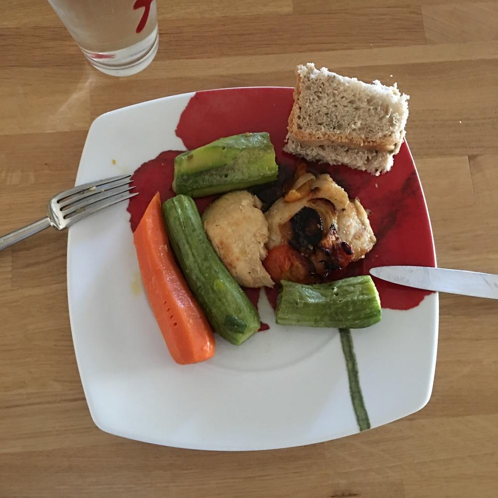 Πέρκα στο φούρνο με λαχανικά, καροτάκι, κολοκυθάκια και ψωμάκι