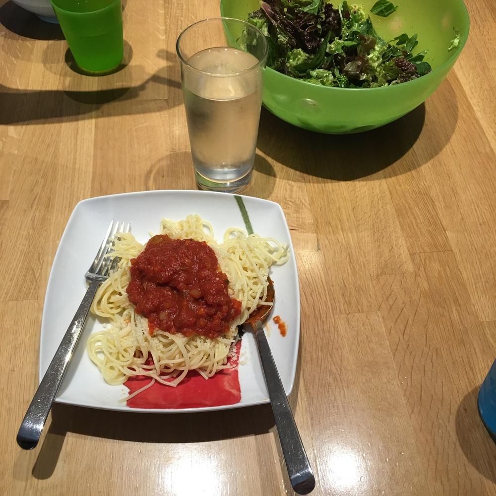 Μακαρόνια με κιμά (!) και σαλάτα