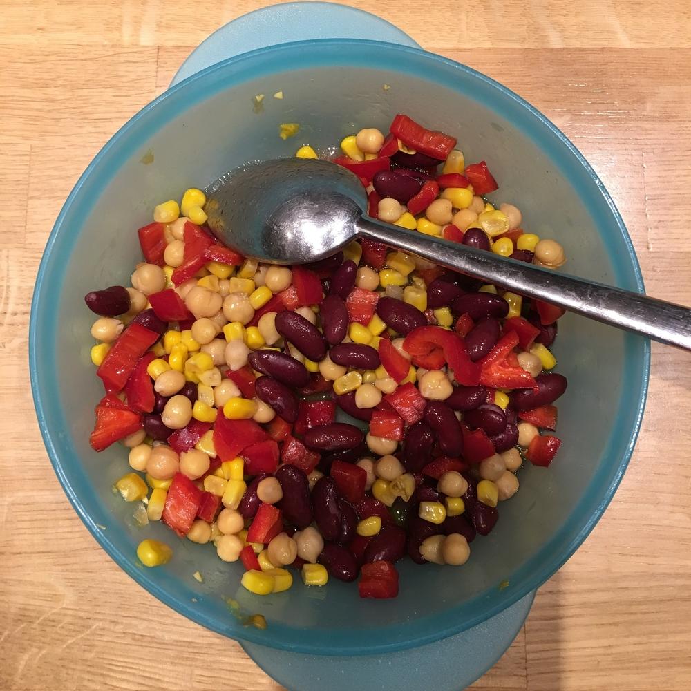 Σαλάτα με όσπρια (ρεβύθια και κόκκινα φασόλια), καλαμπόκι και πιπεριά