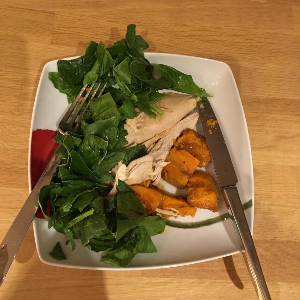 Κοτόπουλο φούρνου με γλυκοπατάτες και πράσινη σαλάτα