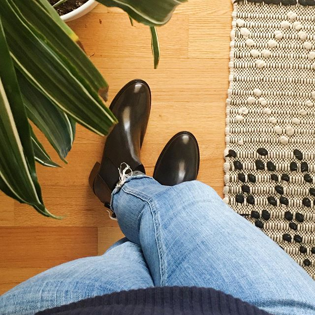 Another shoe purchase I'm super happy with ! I finally got a pair of black ankle boots ! Not original but so satisfying nonetheless! #nextshoes #blackankleboots #simpledoesit #minimalist #thinkbeforeyoubuy #capsulewardrobe #basicbitch #phaedralovesthis