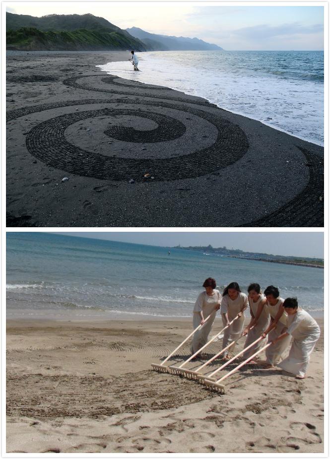 【關於沙行者】 - 沙畫圖騰是這次環境劇場的主要概念元素,去年我們邀請了藝術家李詩瑩作為圖騰設計與執行者,帶領觀眾一起親身體驗大型圖騰的製作。在諾大的天地間,任性的以沙灘為畫布,恣意的擺上花蓮特有的鵝卵石,再順著耙出一條條通往天際的線條。參加沙畫圖騰工作坊的觀眾們彎著上身,一步步安靜的專注在自己的部分,虔誠的經過每一次的耙梳與大地對話,以往只是腳踩著奔向大海,如今低下頭來注視著不再是一整片的沙灘,而是每一粒五顏六色的砂礫,夾雜許多過去的、現在的、未來的小生命。放慢腳步、看到更多、視野越廣,因而感到更加謙遜卑微!與花蓮牛山夾在山谷小範圍的沙灘不同,台南安平的沙灘是綿延狹長開放的。人群可以從不同的小徑親近大海,於是,我們思考著花蓮的沙畫圖騰適不適合台南?觀眾參與環境劇場的方式會是一樣的嗎?少了天然的屏障,與其耗費人力圈出一個表演範圍,是不是就讓表演自然發生?「免費演出」是我們最重要的決定,影響了很多其他大大小小的選擇走向。因為少了購票的約束力與關卡,觀眾更加的自發與流動,原本活動式的沙畫圖騰工作坊,不再適合台南。既然如此,我們已經開放給更多的觀眾參與,能不能分享這難得的舞台給更多喜愛表演藝術的人參與呢?『沙行者』是我們這次特別增加的角色,邀請了五位參加舞蹈環境劇場工作坊的朋友,加入我們的演出。通過行為藝術的部分開始敘述《52 Hertz》的前傳,孤單的鯨魚最早是怎麼形成的?牠的獨特性是經過多少的掙扎、吸收、妥協、反抗才培養出來的?在尋找自我的過程中,帶走多少外來的印記,又留下了什麼?而『沙行者』在此扮演了重要的角色,帶領觀眾從行為藝術中去探尋摸索,各自發揮想像力去勾勒出心目中那一隻孤單的鯨魚。但,我們仍不滿足,既然沙畫圖騰一潮汐就結束,本身也是一種即生即滅的美麗印痕,我們何不讓圖騰與舞蹈相對話、同時發生?這次更具挑戰性的,表演開始後舞台才開始形成、『沙行者』緩緩的、耐心的、專注的耙出專屬的圖騰,就在舞者隨後進入舞動之際,圖騰又繼續蔓生…直到最後海浪漸漸抹滅這一切。就這樣不斷的形成、破壞、消逝,因此這一切再度回到我們最早的概念「剎那剎那,即生即滅;新新而起,生生不息」。