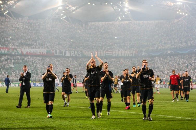 dundalk-players-thank-fans-after-the-game-752x501.jpg
