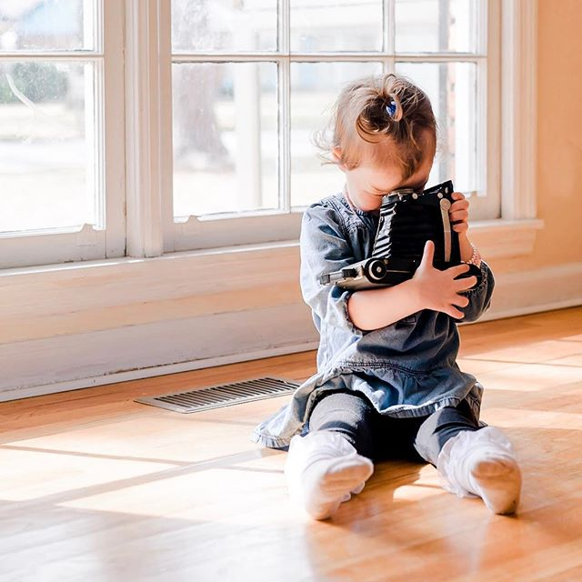 NEW FIND// I was browsing through this session again and reliving that precious day when I came across this image. It melts my heart when the babies want to do what I do. ❤️ Wonder if her mama would think it's weird to print this and hang it in my house? 😂😂 . #srambophoto  #remindingmewhyilovemyjob #albanygaphotographer  #kissthembabies  #lifestylephotography