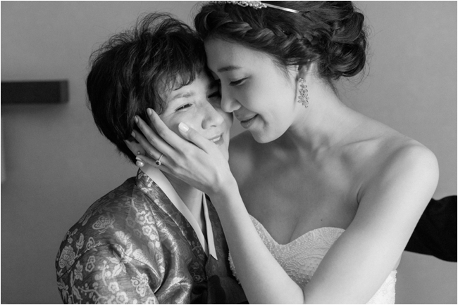 Mother and daughter on wedding day photographed by Deborah Zoe Photography.