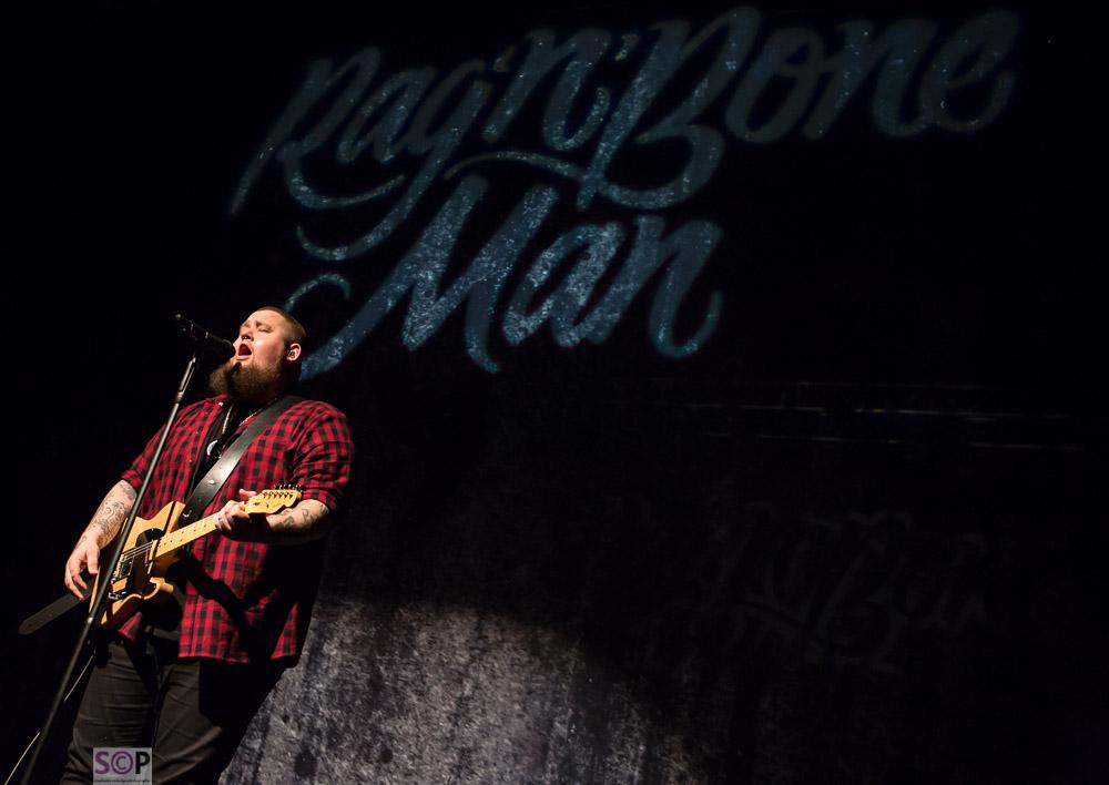 rag n bone man on stage birmingham with guitar