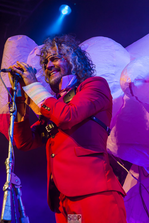 wayne coyne the flaming lips on stage