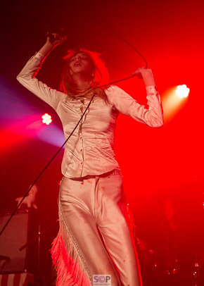 arrow from starcrawler with mic lead above her head