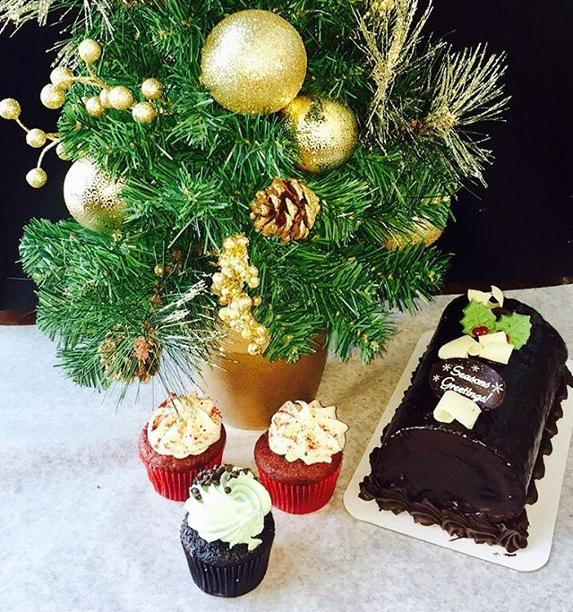 SANTA STOP at La Rocca Cafe. Free cupcakes and coupons will be gifted to you. Saturday, November 19 from 5-7:30pm. #laroccajoy