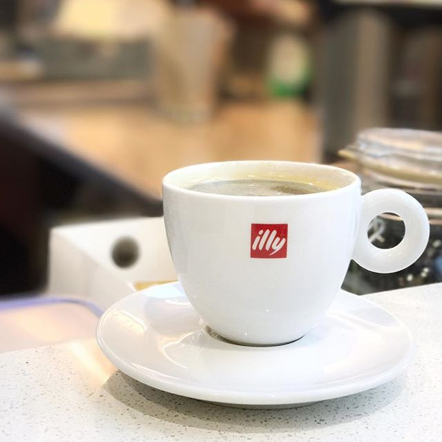 Start your morning with an Americano ☕️ #illy #coffee #larocca #cafe