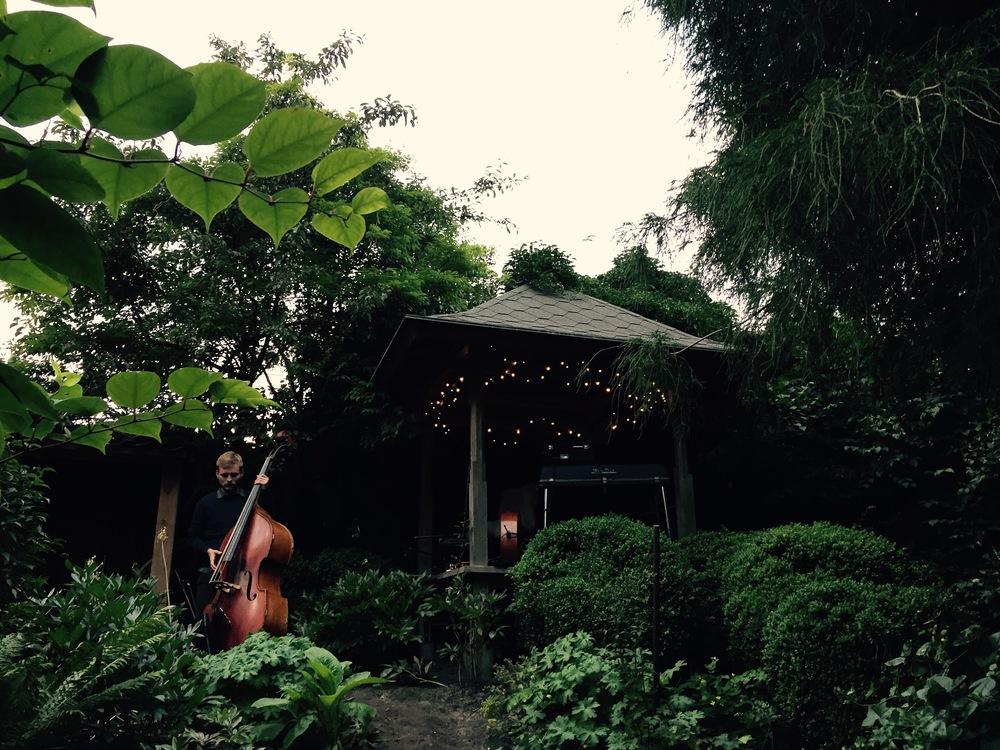 Rasmus Kjær og Nicolai Claesson spiller koncert i Den Lydhøre Have