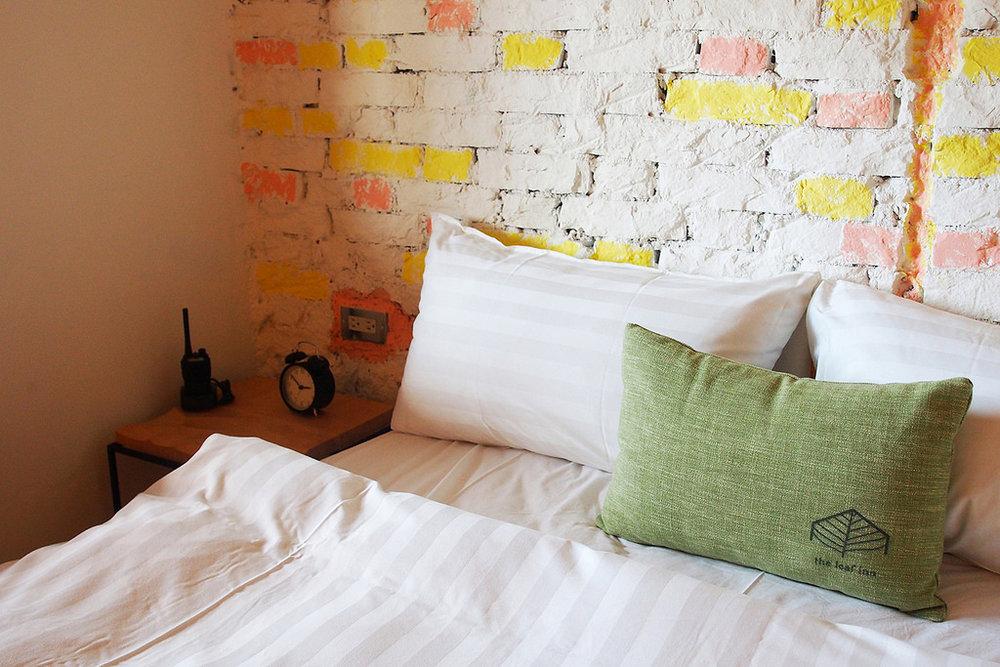 心禪 by 蔡承&蔡爸爸 溫馨雙人房- Full Size 獨立筒床墊、獨立空調系統、投影機電視螢幕、免費Wi-Fi、兩張單椅及咖啡桌、手工吊衣架、乾濕分離浴室,、免治馬桶。並且提供葉宿精心搭配的MiniBar和花蓮特有的海洋深層水,是解嘴饞的百寶袋。