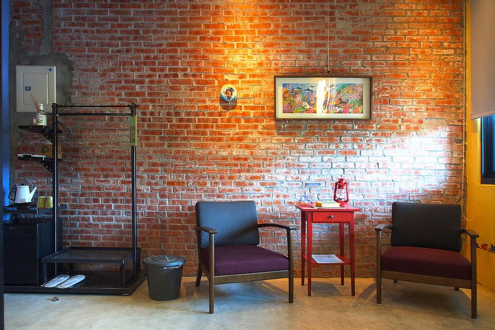 萊特與咪羅 by 海星星 溫馨雙人房- Full Size 獨立筒床墊、獨立空調系統、投影機電視螢幕、免費Wi-Fi、兩張單椅及咖啡桌、手工吊衣架、乾濕分離浴室,、免治馬桶。並且提供葉宿精心搭配的MiniBar和花蓮特有的海洋深層水,是解嘴饞的百寶袋。