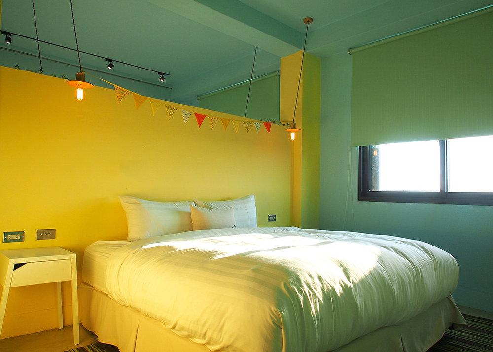 梨寶 by 梨寶 親朋好友四人房- 2張 Queen Size 獨立筒床墊、獨立空調系統、大螢幕液晶電視、免費Wi-Fi、專屬小客廳、手工吊衣架、乾濕分離浴室,、免治馬桶、舒適浴缸,讓您洗去旅途的疲憊。並且提供葉宿精心搭配的MiniBar和花蓮特有的海洋深層水,是解嘴饞的百寶袋。