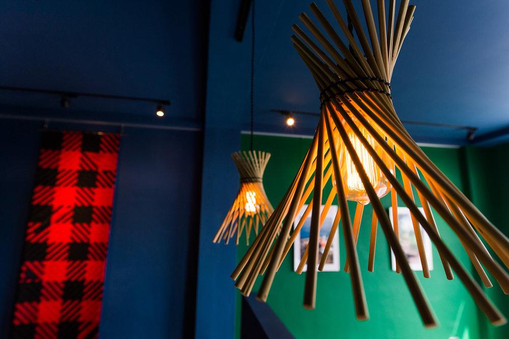 海洋 Riyar by Kamaro'an  - 在山脈與海岸交織的一景,住下來吧!這裡有生長於清澈無污染水源的輪傘草,從部落Ina手中編織出的一盞盞燈;這裡有傍海而居的漂流木藝術家,一刀一刀鑿出來的台灣檜木邊桌,有如來自海浪的線條;這裡有揉和著傳統與現代的阿美族紅黑編織,紀念部落Akong認真而專注的編織身影。就住下來吧!在濃郁而豐饒的大山與大海之間。