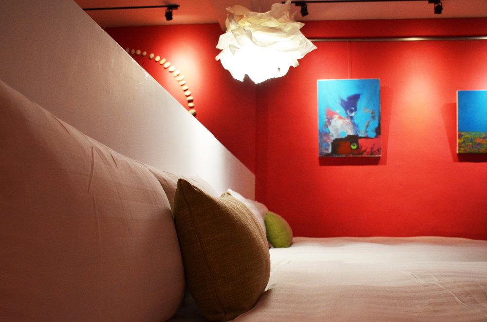 親朋好友四人房- 2張 Queen Size 獨立筒床墊、獨立空調系統、大螢幕液晶電視、免費Wi-Fi、專屬小客廳、手工吊衣架、乾濕分離浴室,、免治馬桶、舒適浴缸,讓您洗去旅途的疲憊。並且提供葉宿精心搭配的MiniBar和花蓮特有的海洋深層水,是解嘴饞的百寶袋。