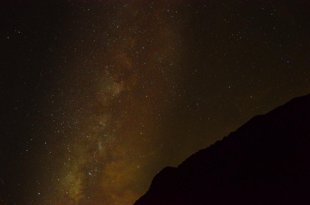 倚著山的銀河