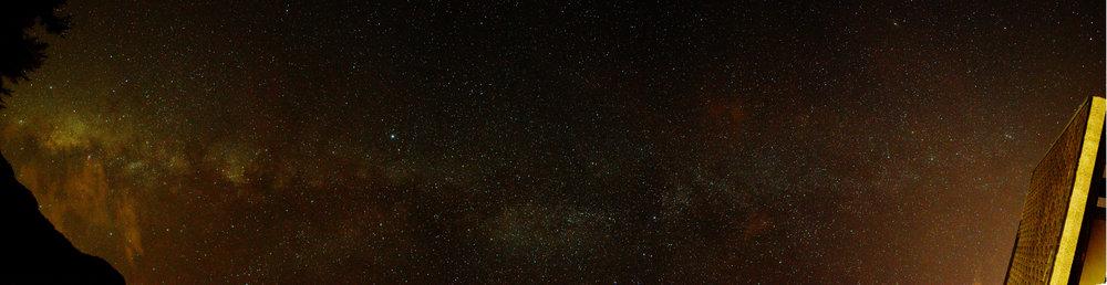多張照片組合成的銀河全景