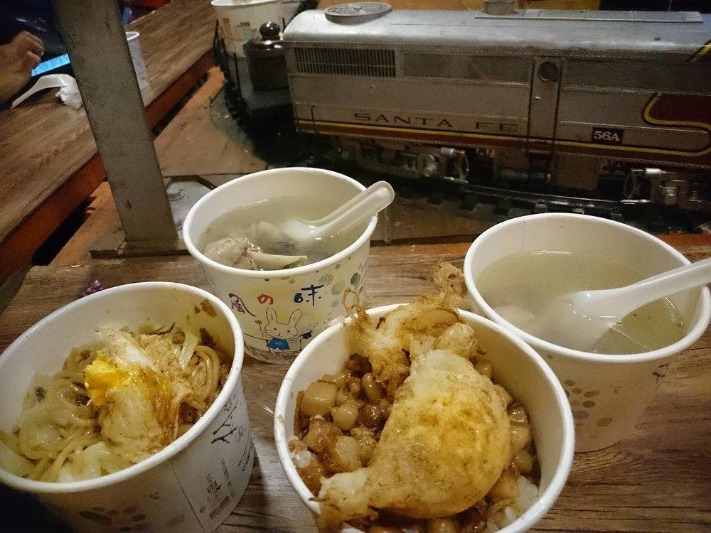 蒜頭雞湯、黃金蜆雞湯、炸蛋炒麵跟炸彈滷肉飯