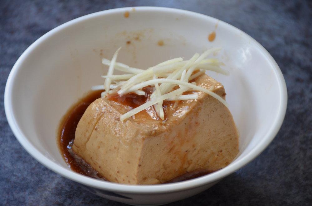 眾多小菜中,這一塊15元的滷豆腐最令我傾心