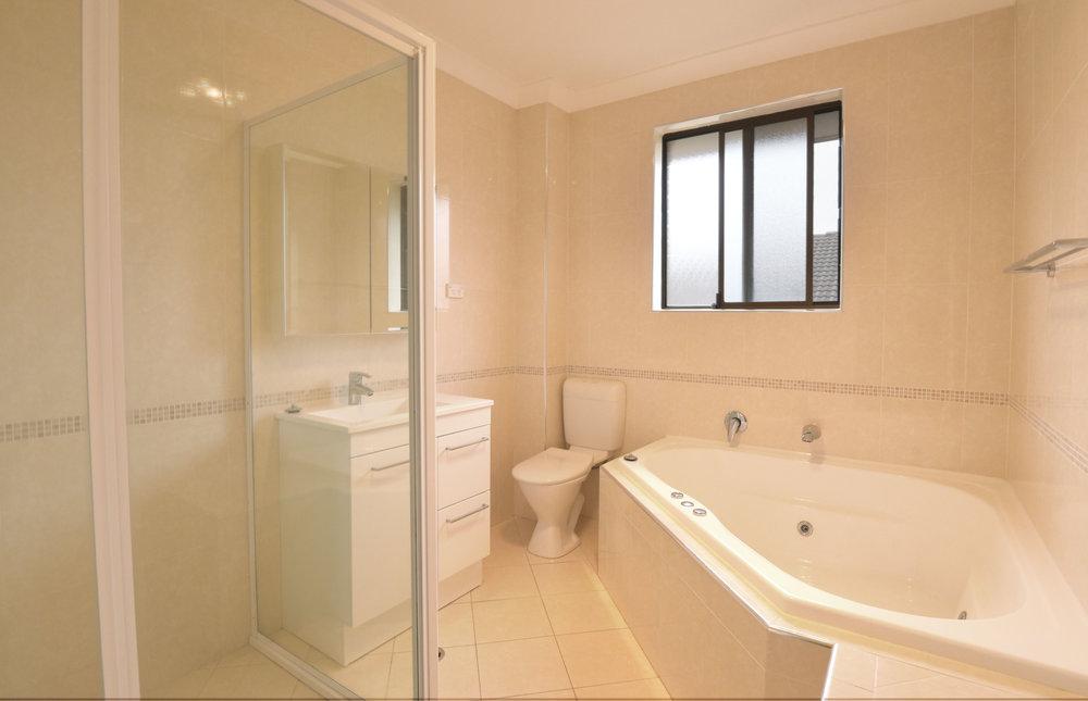 bathroom 3-23 Helen St Westmead.jpg