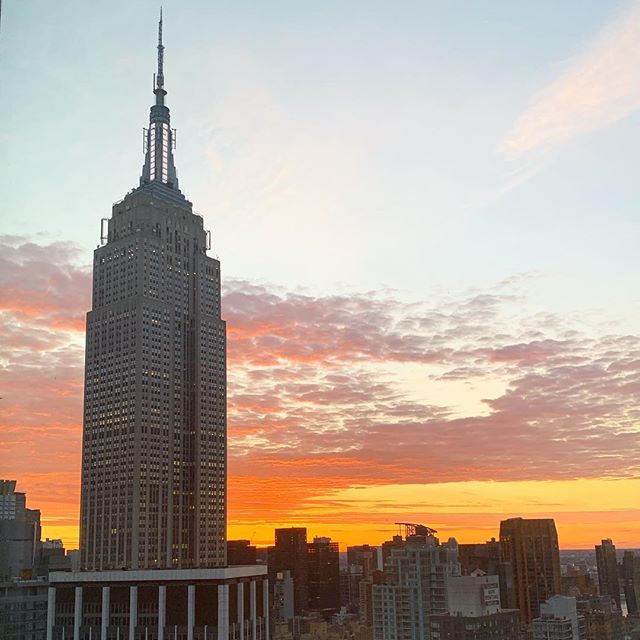 I could get used to waking up to this view 😍 . . . #newyork #empirestatebuilding #empirestateofmind #sunrise #picoftheday #goodmorning #becauseofengage #jordankahnorchestra #myfriendsarebetterthanyours #melissafancy
