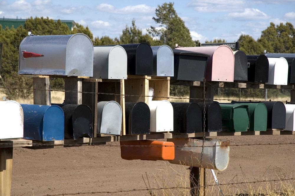 """Jakelun postilaatikot alt=""""monta postilaatikkoa laatikkoryhmässä, rivissä ja päällekkäin"""""""
