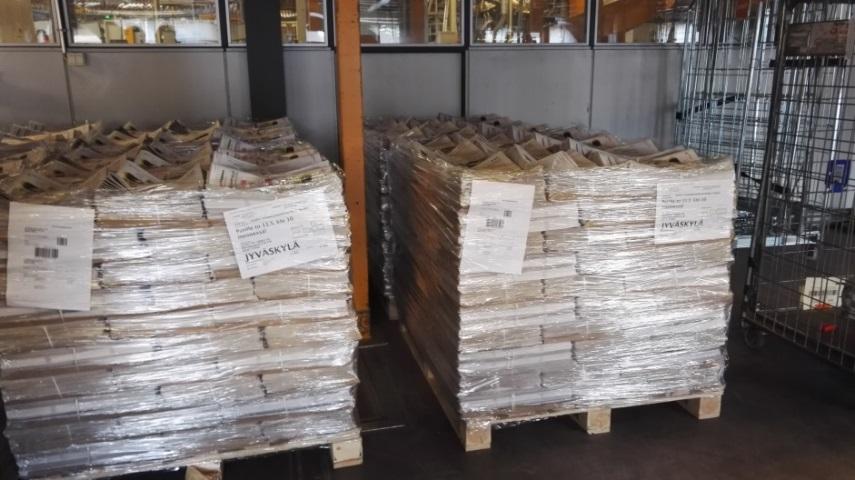 Lehdet odottavat lastauslaiturilla hakijaansa. Normaalisti lehdet saadaan kyytiin jo edellisen illan puolella.
