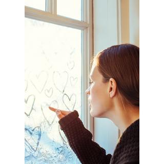 """Palkkiomalli alt=""""nainen piirtää sydämiä huurteiseen ikkunaan ja haaveilee palkkiosta"""""""