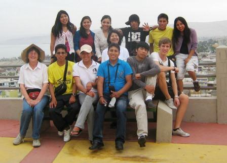 The group of students who will graduate this year at their vacacion trip to Arica.
