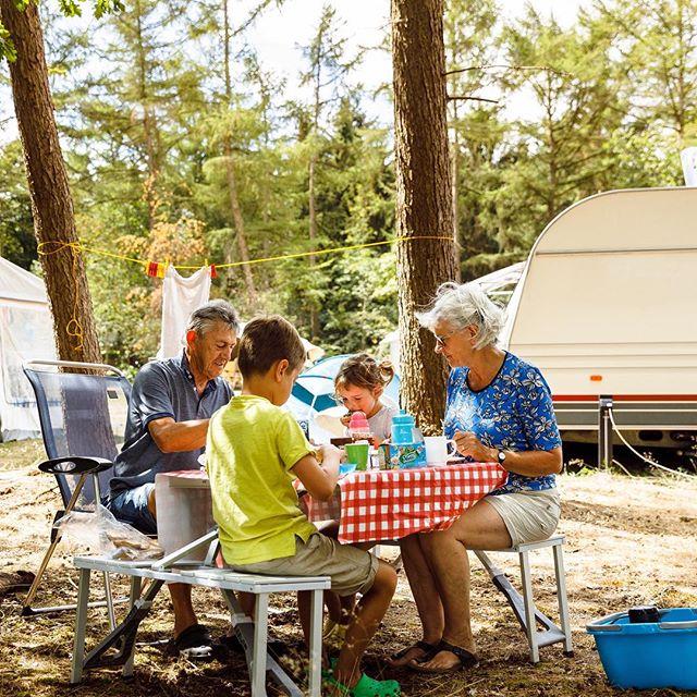 En dan kom je tijdens de parkfotografie voor @rcnvakantieparken ineens dit tafereeltje tegen. Met opa en oma lekker eten onder de bomen. Incl. waslijn, teiltje en vintage caravan. Heerlijk! #rcndeflaasbloem #campinglife #parkfotografie