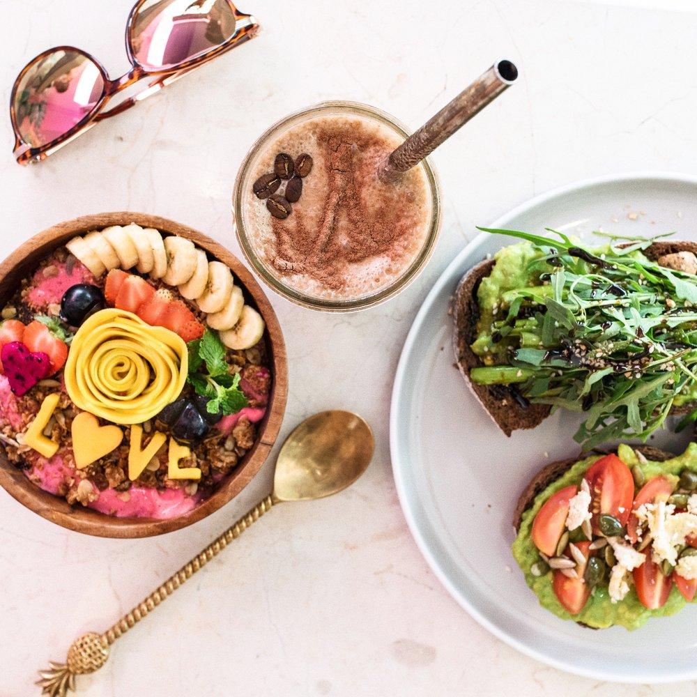 Kynd's berömda smoothie bowl med ett nytt meddelande varje gång, kaffesmoothie, och avokado toasts med mandel feta