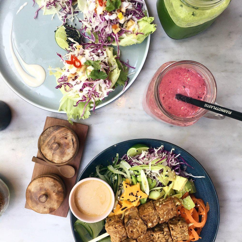 Detta var från deras lunchmeny, en lättare tacos (inte ms jackson tacos) och en aloha sallad med tempeh