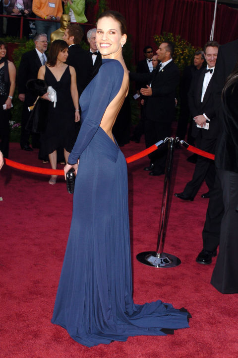 54bc08a898cea_-_hbz-100-best-dresses-2005-hilary-swank