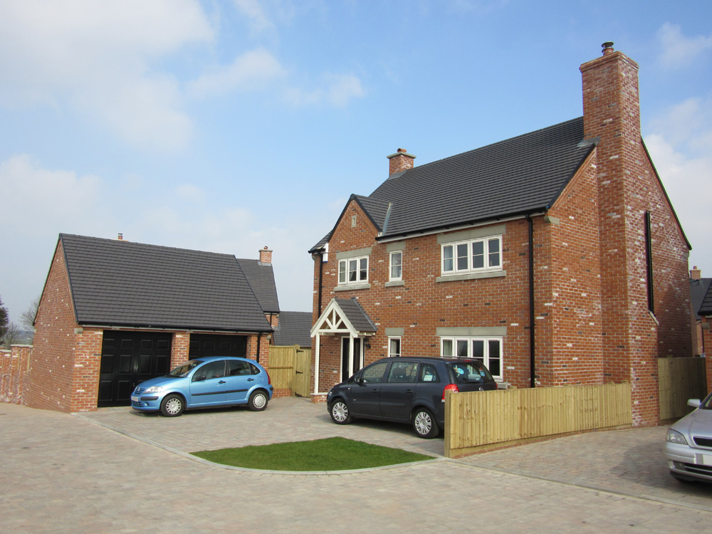 4 bed house with detached garage