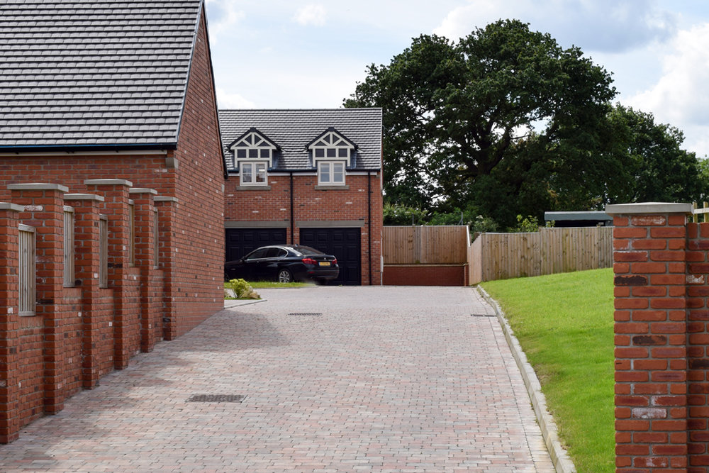 new build 4 bedroom house driveway