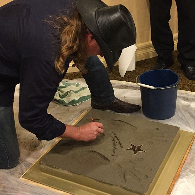 We always love being apart of the Shreveport Walk of Fame. This picture shows @traceadkins signing BSC concrete!