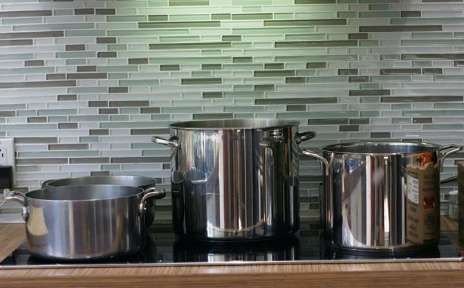 Ma voisine a 5 ronds dans sa belle cuisine : un pour les couvercles et rondelles, deux pour blanchir les tomates, deux pour stériliser les pots remplis!