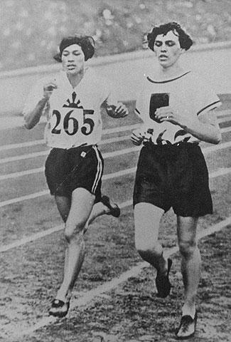 Kinue Hitomi et Lina Radke durant la finale du 800 m aux Jeux Olympiques d'Amsterdam en 1928.