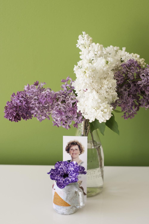 Le petit vase recouvert de papier mâché en avant, c'est mon fils qui me l'avait fait quand il avait 4 ans. Et les pétunias ont été cueillies par ma fille dans les boîtes à fleurs. :-)